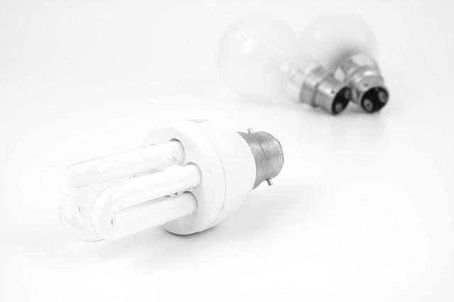dvě žárovky, úsporná žárovka