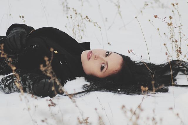 ležet ve sněhu