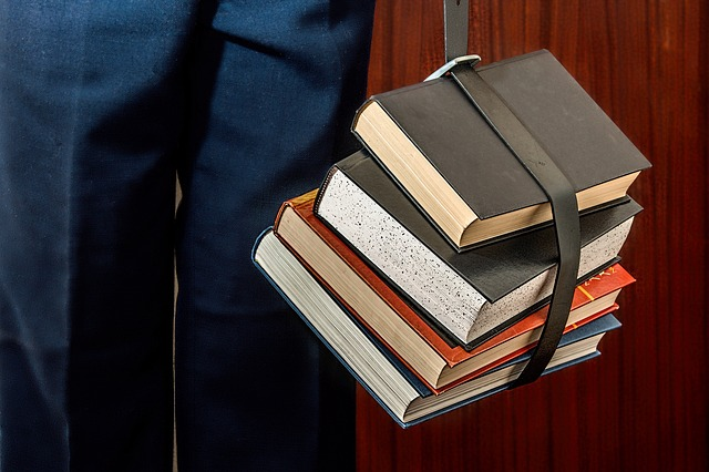 svázané knihy páskem.jpg