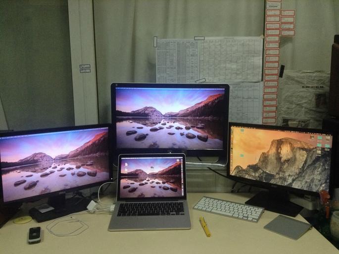 několik monitorů
