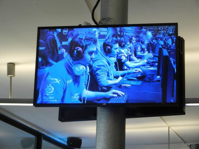 lidé na monitoru