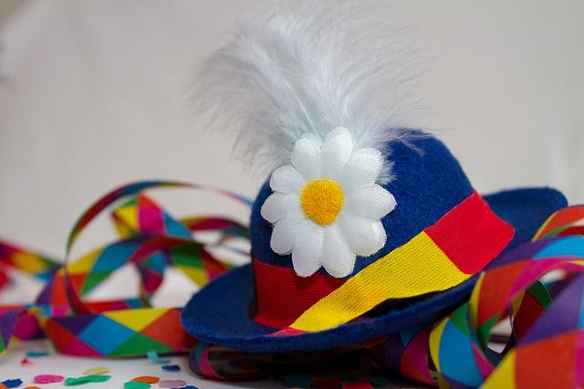 Karnevalové kloboučky, konfety